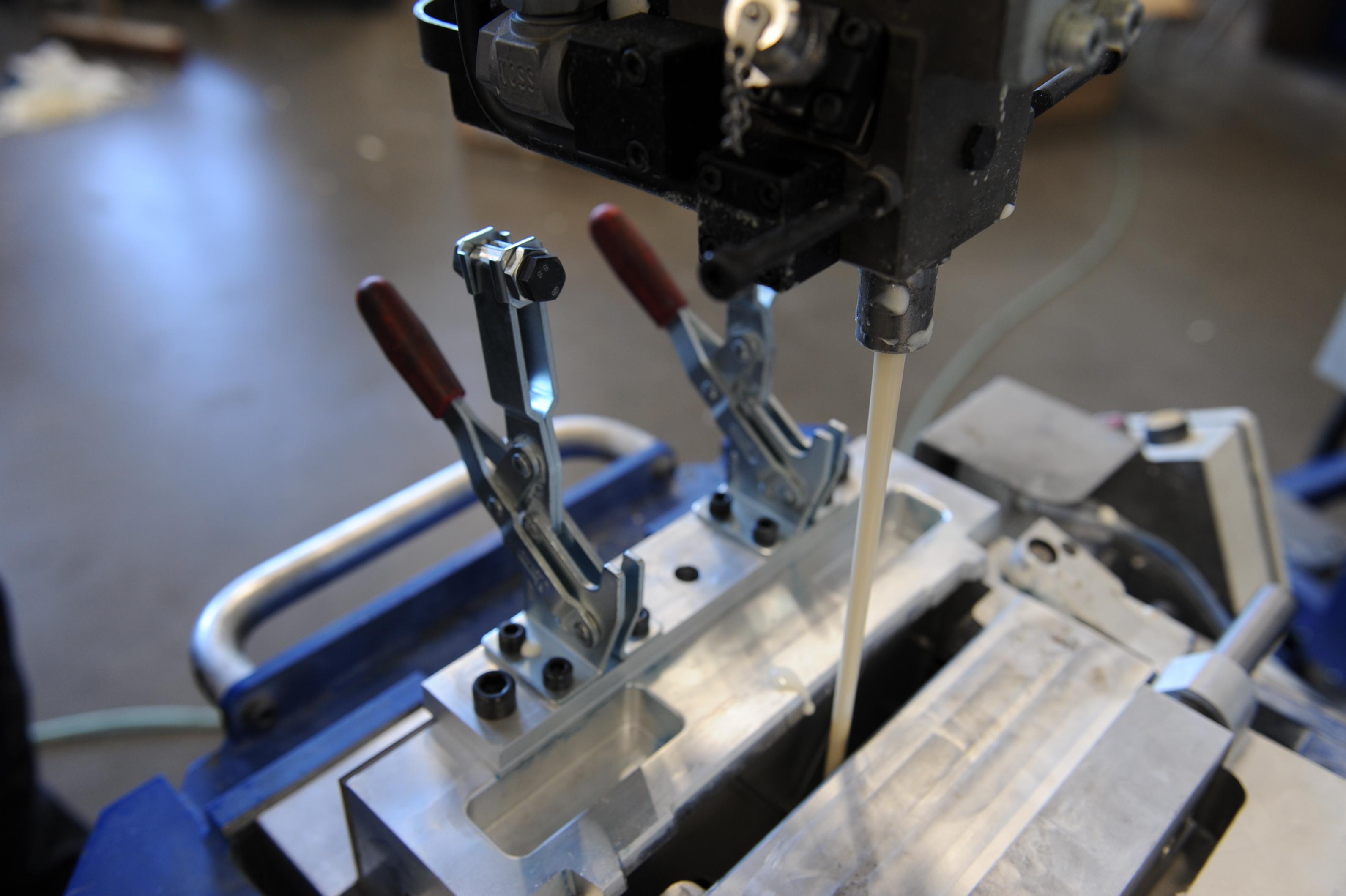 Druch eine Angussklappe wird der PUR Schaum in ein Schäumwerkzeug gespritzt. Wir verwenden moderne Variodüsen